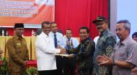 Bupati Solok, H. Gusmal memberikan penghargaan pada Wali Nagari Jawi-Jawi atas prestasi peringkat 3 provinsi dalam penilaian transparansi keuangan nagari