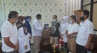Asisten II Setkab Agam Yosefriawan menerima penghargaan