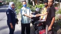 Kadis Sosial Zulkarnaini bersama Koordinator TKSK Kabupaten Reno, turun ke berbagai titik mendampingi Pos Indonesia dalam penyaluran bantuan kepada warga