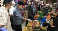 Wabup Zuldafri membagikan masker kepada pedagang Pasar Batusangkar