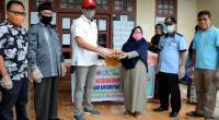 Kepala Unit CSR Semen Padang M Ikrar (kiri) menyerahkan bantuan sembako kepada masyarakat terdampak Covid-19 di Nagari Limau Manis.