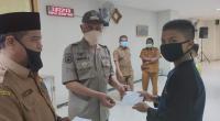 Wali Kota Padang menyerahkan santunan kepada anak yatim