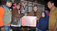 Wagub Nasrul Abit menyerahkan bantuan bagi Megawati korban banjir yang melanda Muaro Paneh, Kabupaten Solok, Selasa (18/2).