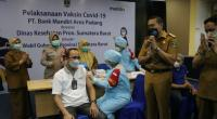 Wagub Sumbar Audy saat menyaksikan suntik vaksin