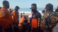 BPBD dan Basarnas saat melakukan pencarian dua pemuda beradik-kakak di Pantai Karang Labung-Pessel