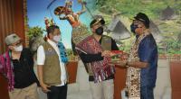 Wagub Sumbar Audy Joinaldy didampingi Kalaksa BPBD Sumbar Erman Rahman menyerahkan bantuan 1,5 ton rendang secara simbolis dan diterima langsung Wagub NTT Josef Nae Soi.