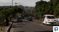 Kendaraan melintasi Simpang Jati yang trafick lightnya mati sejak sepekan yang lalu