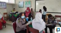 Tim Urkes Polres Solsel Aipda Silvia Usman saat memberikan vaksin bagi siswi MAN 2 Solsel