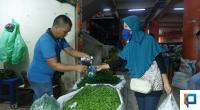 Pedagang Pasar Raya Padang berjualan (dokumentasi klikpositif)