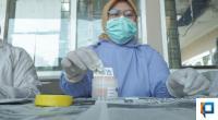 Seorang petugas menunjukkan alat tes urine untuk pengecekan urine personel Satpol PP Padang
