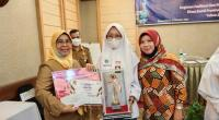 Penyerahan piala dan hadiah bagi pemenang lomba karya ilmiah saat kegiatan Seminar Penguatan Nilai Kepahlawanan dan Keperintisan Melalui Guru dan Tokoh Masyarakat yang digelar Dinas Sosial Sumbar