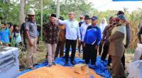 Riza Falepi saat menghadapi kegiatan penandatangan MoU antara Keltan Padang Beringin Talao dengan peternak unggas.
