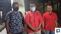 Ketua PAC PDIP Kecamatan Lembah Melintang, Randi Wisata, bersama dua rekan nya usai membuat laporan ke Polres Pasbar, sekitar pukul 22.00 WIB, Kamis (4/6/2020).