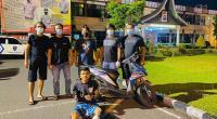 Polisi saat mengamankan penjambret di Kota Padang