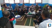 Suasana Kapolsek Pasaman Iptu Rosminarti bersama Kasat Binmas Polres Pasaman Barat di salah satu ruangan di SMP 4 Aia Gadang Pasaman untuk memintai keterangan
