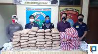 Pelaku bersama barang bukti 52 paket besar ganja kering di Mako Polres Pasaman