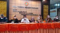 Wakil Direktur I PNP Revalin Herdianto (tiga dari kanan) didampingi Wakil Direktur II Anton dan Wakil Direktur III Junaididalam kegiatan launching Penerimaan Mahasiswa Baru Jalur Mandiri bersama media