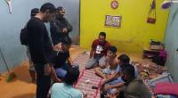 Disaksikan tokoh masyarakat setempat, dua orang terdakwa pengedar shabu digeledah anggota Polres Dharmasraya yang dipimpin lansung Kasat Narkoba IPTU Rajulan.