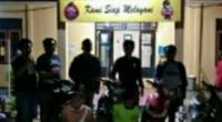 Pelaku saat diamankan Polres Pessel di Polsek Lubuk Pinang, Bengkulu