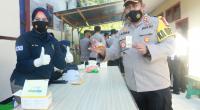 Kapolres Solok, AKBP Azhar Nugroho saat menjalani tes urin