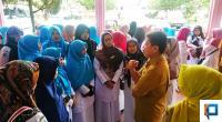 Pengunjuk rasa berdiskusi dengan Plt. Sekda kota Solok, Nova Elfino