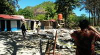 Sisa puing bangunan yang terbakar di Pulau Setan, Rabu, malam sekitar pukul 20.00 WIB dan beri garis polisi