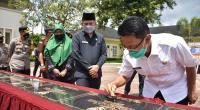 Bupati Agam, Dr. H. Indra Catri, Dt Malako Nan Putiah lakukan penandatanganan prasasti di Balairung Agam, Rabu (27/1).
