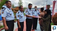Kepala LPKA Tanjungpati serahkan berkas pembebasan kepada salah seorang keluarga warga binaan.
