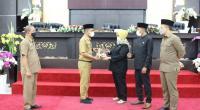 Wakil Wali Kota Solok, Dr. Ramadhani Kirana Putra menyerahkan nota Ranperda RPJMD kepada pimpinan DPRD