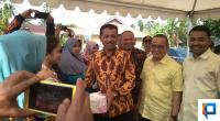 Anggota DPRD Provinsi Sumbar Khairunas Serahkan bantuan makanan tambahan bagi Ibu hamil di Solsel, didampingi Anghota DPR RI Darul Siska dan anggota DPRD Solsel Zigo Rolanda.