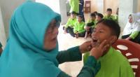 Siswa dan siswi di MTs Luki tengah mengikuti kegiatan pemeriksaan kesehatan oleh Puskesmas Luki