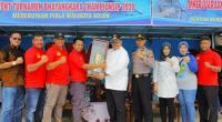 Walikota Solok Zul Elfian menyerahkan piala secara simbolis pada ketua pelaksana kejuaraan