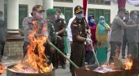 Kajari Solok, Donny Haryono Setiawan bersama Wako Solok dan Forkompinda dua daerah melakukan pembakaran barang bukti