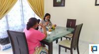 Keluarga pasien yang menginap di Rumah Singgah Yayasan Semen Padang tengah makan bersama
