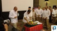 Sekjen Gerindra Ahamd Muzani saat memotong tumpeng HUT ke 12 tahun Gerindra