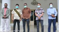 Foto bersama Gubernur Sumbar Irwan Prayitno dan rombongan Staf Khusus Presiden Jokowi, Billy Gracia Yoshapat Mambrasar di Istana Gubernuran, Padang, Sabtu 26 September 2020.