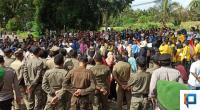 Suasana mahasiswa di sekitar kantor DPRD Pasaman Barat yang terus mendesak masuk ke gedung tersebut