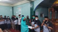 Pengurus Teruci Chaprendang Sumbar membagikan tali asih kepada anak yatim di Jorong Batu Limbak Kecamatan Rambatan, Nagari Simawang, Kabupaten Tanah Datar, Minggu (2/5/2021).