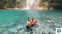 Kepala Dinas Pariwisata Pasaman Barat, Decky H Saputra bersama Ketua Pokdarwis Situak, Zona Sapta yang turun lansung mencoba berenang menyusuri Sampuran Rajo Panjang