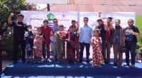 Pengurus Keluarga Besar SFC Padang foto bersama dengan anak-anak peserta khitanan massal.