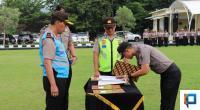 Seorang perwakilan personel Polda Sumbar menandatangani pakta integritas