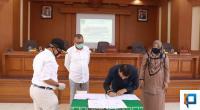 Ketua DPRD Payakumbuh Hamdi Agus didampingi Wakil Ketua Wulan Denura tandatangani Kesepakatan Pembangunan Mesjid Agung Secara Multi Year dan disaksikan langsung oleh Wali Kota Payakumbuh Riza Falepi