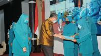 Sekdaprov Sumbar Drs. Alwis saat menyerahkan piagam penghargaan kepada PKK berprestasi