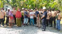 Security semen Padang menyerahkan zakat fitrah kepada masyarakat lingkungan.