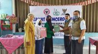 Kepala Pelaksana Harian UPZ Baznas Semen Padang Muhammad Arif (dua dari kanan) menyerahkan bantuan pendidikan secara simbolis kepada perwakilan siswa di Kota Padang