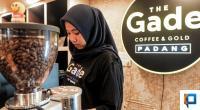 Seorang petugas The Gade sedang membuat kopi untuk pengunjung