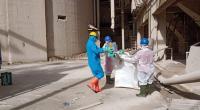 Petugas DLH Padang mengangkat sampah ke Kiln Semen Padang