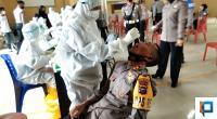 Petugas kesehatan mengambil sampel swab Kapolres Solok Selatan AKBP Tedy Purnanto