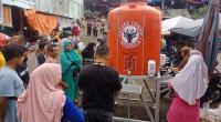 Pengunjung Pasar Bandar Buat memanfaatkan bantuan dari Semen Padang berupa tandon air bersih untuk mencuci tangan agar terhindar dari Covid 19.