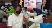Salah seorang karyawan APLP Semen Padang mengikuti rogram vaksinasi yang digelar PT Semen Padang di GSG Semen Padang.